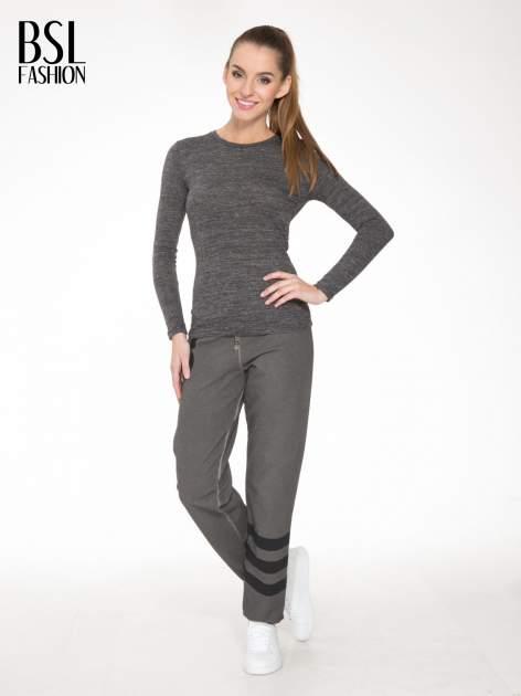Grafitowe dresowe spodnie damskie z numerkiem i paskami na nogawkach                                  zdj.                                  2