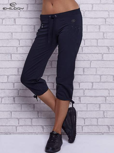 Grafitowe spodnie capri z boczną kieszonką i dżetami                                  zdj.                                  1