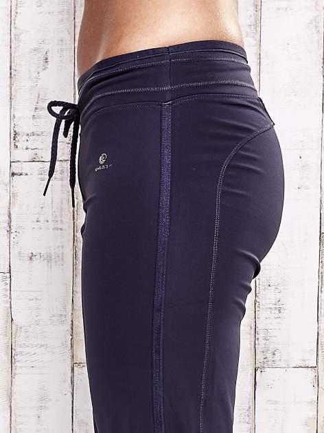 Grafitowe spodnie capri z troczkami                                  zdj.                                  5