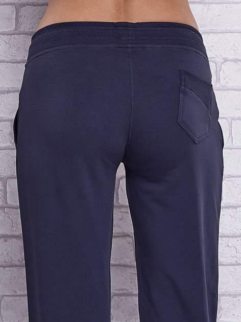 Grafitowe spodnie capri z tylną kieszenią                                  zdj.                                  6