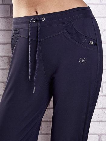 Grafitowe spodnie dresowe z dżetami i troczkami PLUS SIZE                                  zdj.                                  3