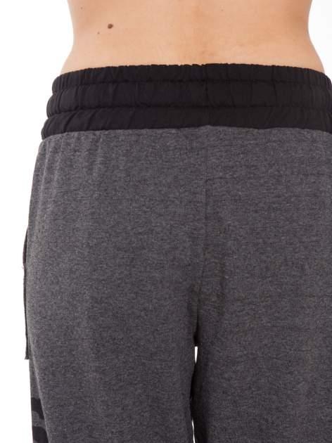 Grafitowe spodnie dresowe z nadrukiem SUGAR po boku nogawki                                  zdj.                                  5