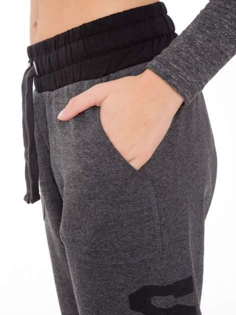 Grafitowe spodnie dresowe z nadrukiem SUGAR po boku nogawki                                  zdj.                                  6