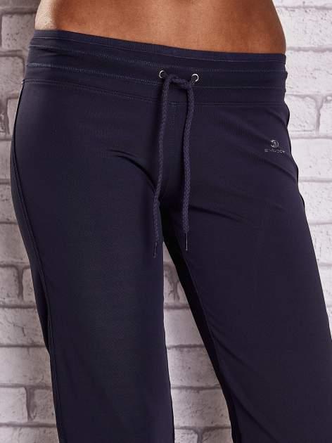 Grafitowe spodnie dresowe ze ściągaczem                                  zdj.                                  4