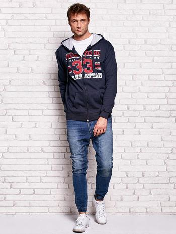 Granatowa bluza męska z kapturem i tekstowym nadrukiem                                  zdj.                                  4