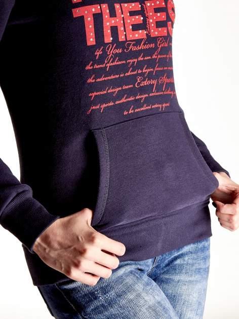 Granatowa bluza sportowa z kapturem i czerwonym napisem                                  zdj.                                  6