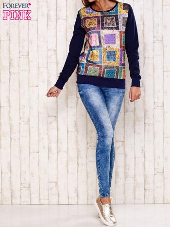 Granatowa bluza z graficznym nadrukiem                                  zdj.                                  2