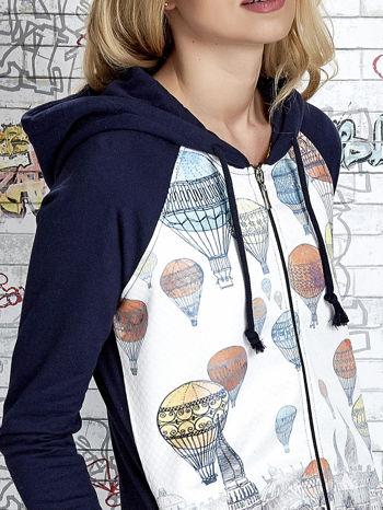 Granatowa bluza z kapturem i miejskim nadrukiem                                   zdj.                                  7