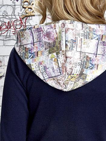 Granatowa bluza z kapturem i motywem newspaper print                                  zdj.                                  6