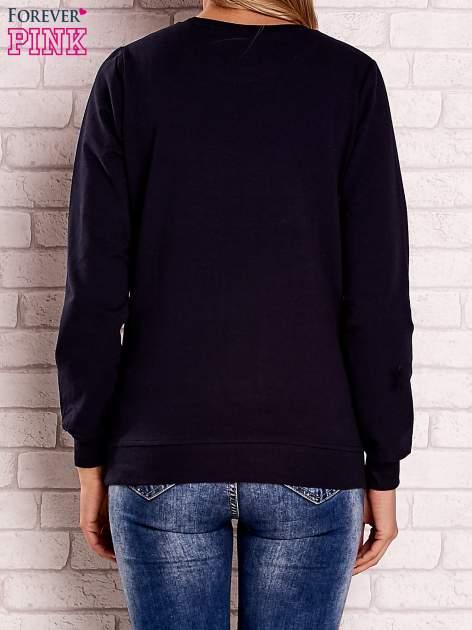 Granatowa bluza z kolorowym nadrukiem                                  zdj.                                  4