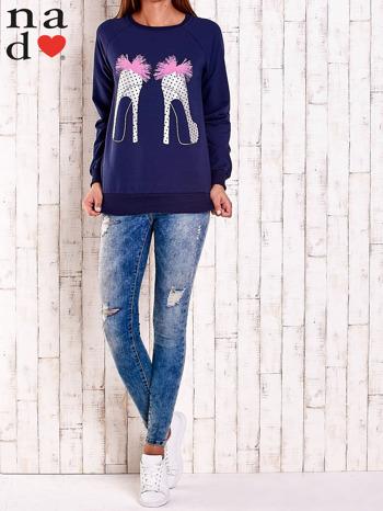 Granatowa bluza z nadrukiem szpilek                                  zdj.                                  3
