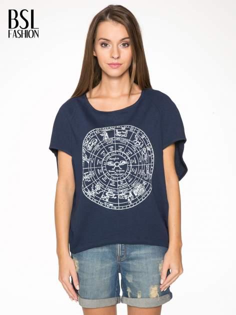 Granatowa bluza z nadrukiem tarczy zodiakalnej i szerokimi rękawami
