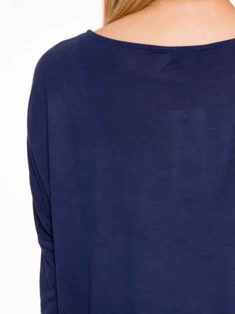 Granatowa bluzka o nietoperzowym kroju z nadrukiem kwiatów                                  zdj.                                  10