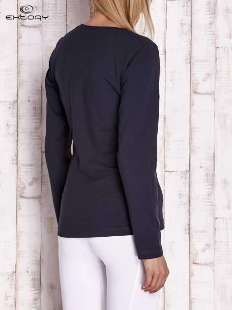 Granatowa bluzka sportowa z dekoltem U                                  zdj.                                  4