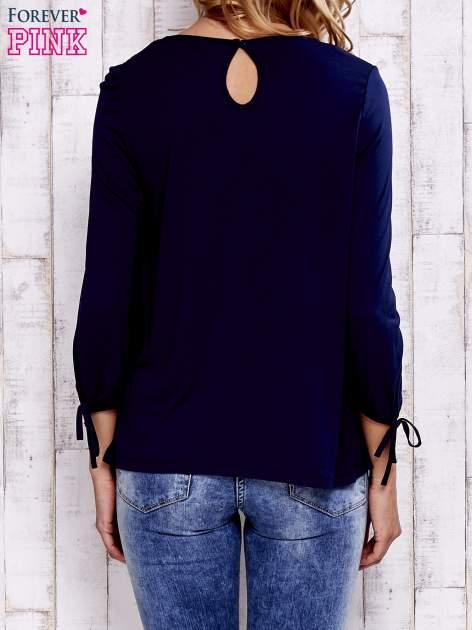 Granatowa bluzka z koronkowym dekoltem                                  zdj.                                  4