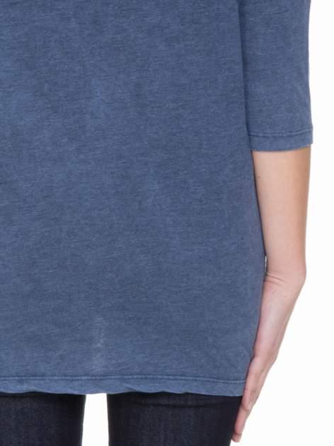 Granatowa bluzka z rękawem 3/4 i roślinnym nadrukiem                                  zdj.                                  5