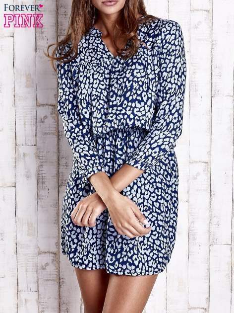 Granatowa denimowa sukienka z graficznym nadrukiem                                  zdj.                                  1