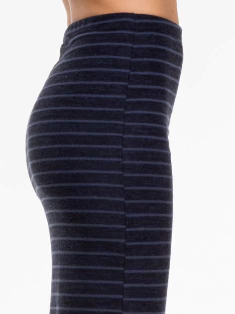 Granatowa dzianinowa spódnica w paski za kolano                                  zdj.                                  4