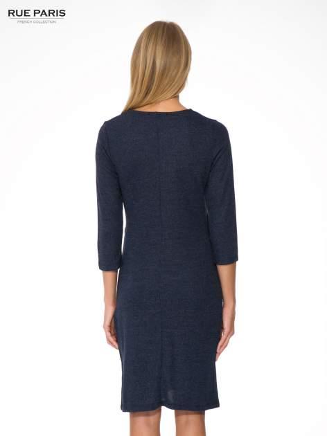 Granatowa dzianinowa sukienka z kopertowym dołem                                  zdj.                                  4