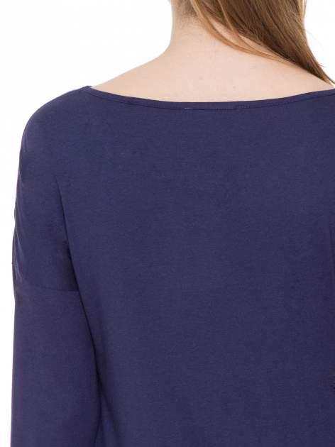 Granatowa gładka bluzka z ozdobnymi przeszyciami                                  zdj.                                  7