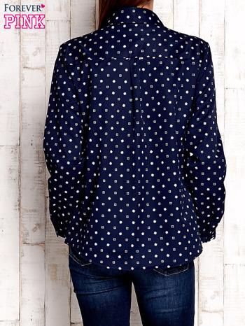 Granatowa koszula z graficznym nadrukiem                              zdj.                              4