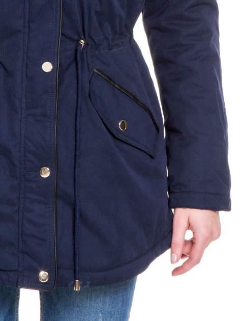 Granatowa kurtka typu parka z futrzanym kapturem i skórzaną lamówką                                  zdj.                                  6