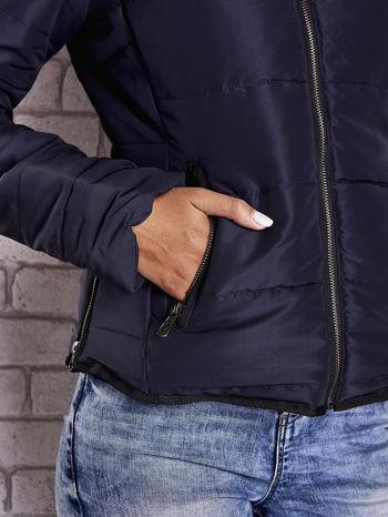 Granatowa kurtka z futrzanym kołnierzem i kontrastową lamówką                                  zdj.                                  9