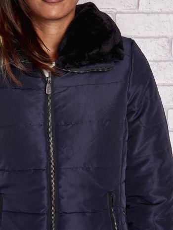 Granatowa kurtka z futrzanym kołnierzem i kontrastową lamówką                                  zdj.                                  8