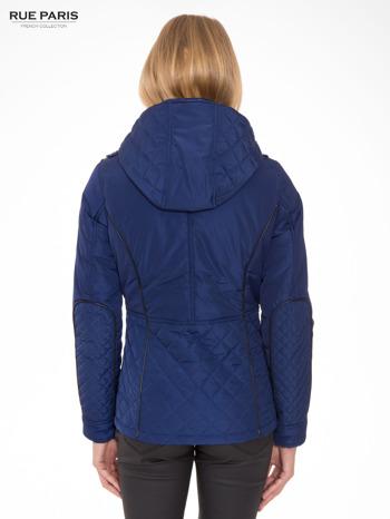 Granatowa kurtka z pikowanymi wstawkami i kontrastową lamówką                                  zdj.                                  2