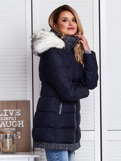 Granatowa kurtka zimowa ze swetrowym wykończeniem                              zdj.                              4