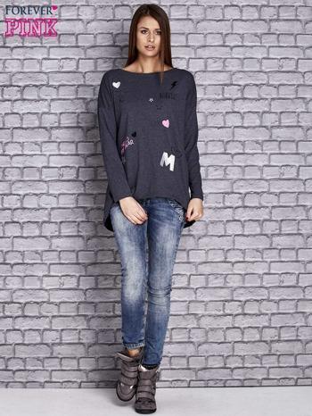 Granatowa melanżowa bluzka z naszywkowymi nadrukami                                  zdj.                                  2
