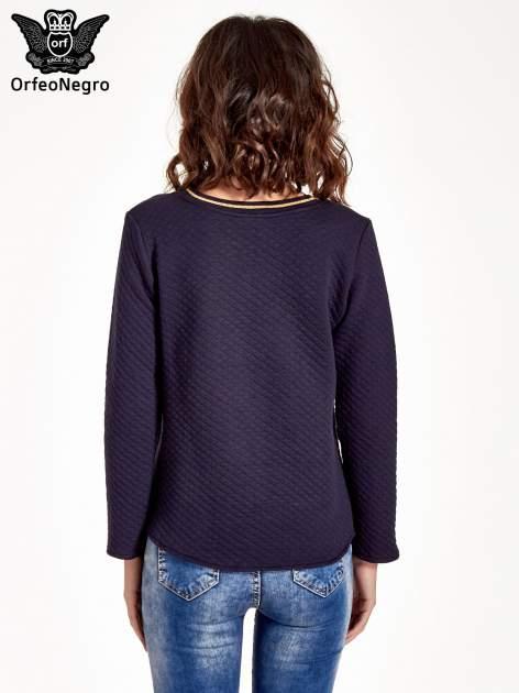 Granatowa pikowana bluza w stylu glamour ze złotym nadrukiem i lamówką