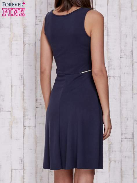 Granatowa rozkloszowana sukienka z suwakami w talii                                  zdj.                                  2