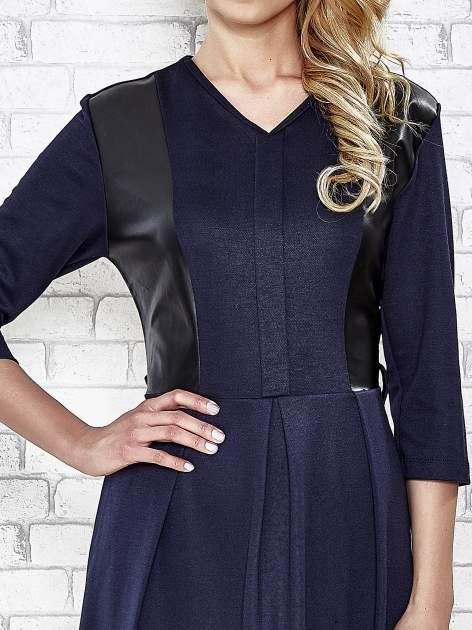 Granatowa rozkloszowana sukienka ze skórzanymi modułami                                  zdj.                                  5