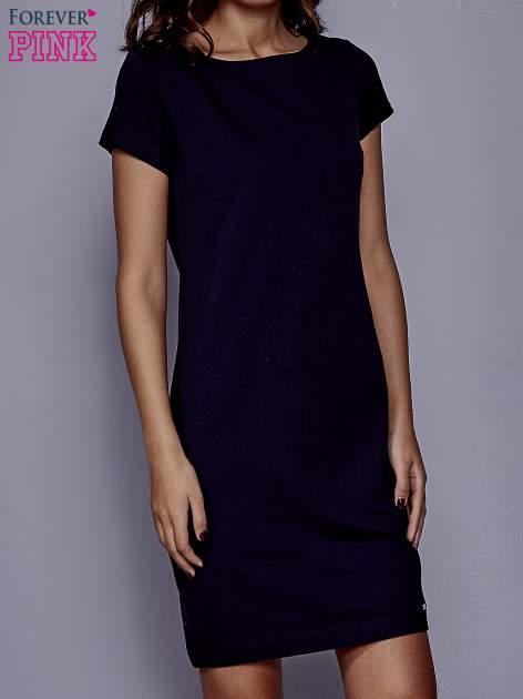 Granatowa sukienka dresowa o prostym kroju