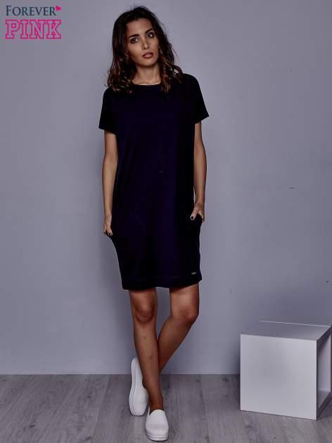 Granatowa sukienka dresowa z kieszeniami po bokach                                  zdj.                                  2