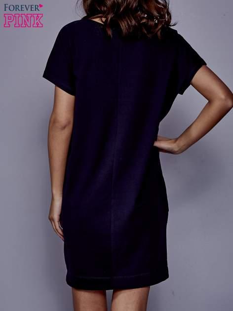 Granatowa sukienka dresowa z kieszeniami po bokach                                  zdj.                                  4