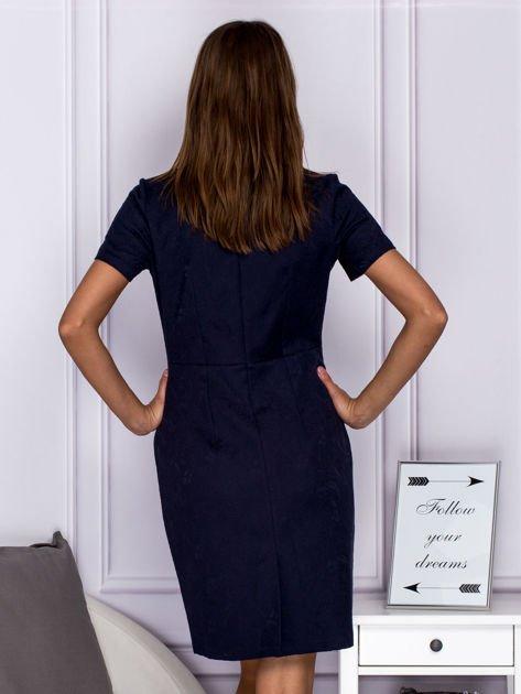 Granatowa sukienka koktajlowa w tłoczony ornamentowy wzór                              zdj.                              2