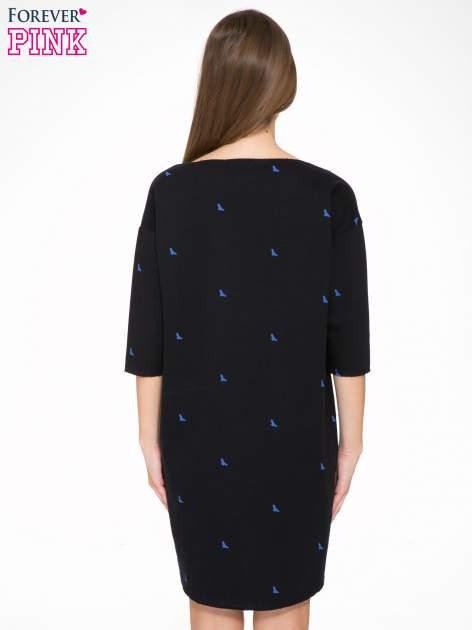 Granatowa sukienka oversize we wzór w ptaszki                                  zdj.                                  4