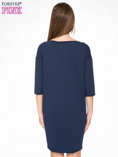 Granatowa sukienka oversize z surowym wykończeniem                                  zdj.                                  4