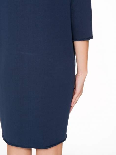 Granatowa sukienka oversize z surowym wykończeniem                                  zdj.                                  9
