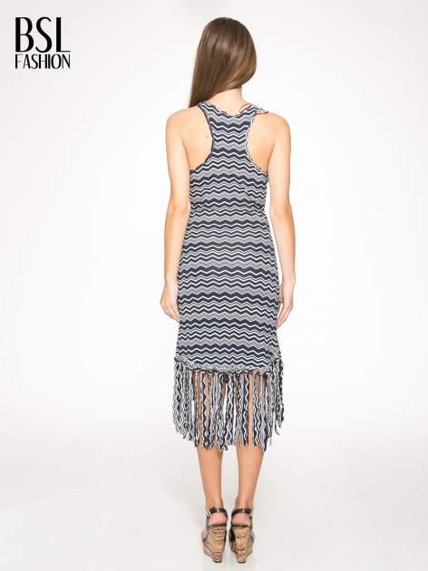 Granatowa sukienka we wzór zig-zag z frędzlami na dole                                  zdj.                                  4