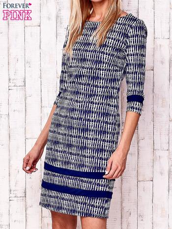 Granatowa sukienka z motywem graficznym i materiałowymi wstawkami                                  zdj.                                  1