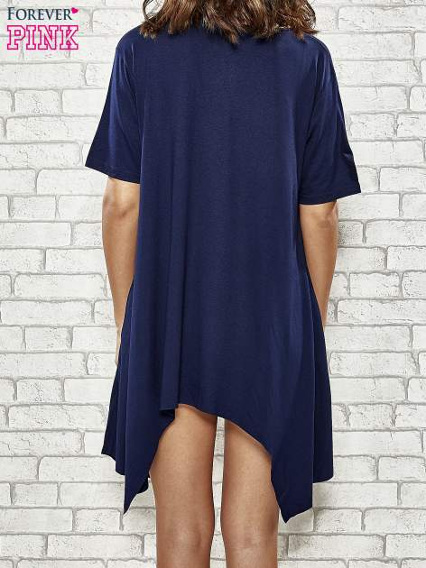 Granatowa sukienka z wydłużanymi bokami                                  zdj.                                  4