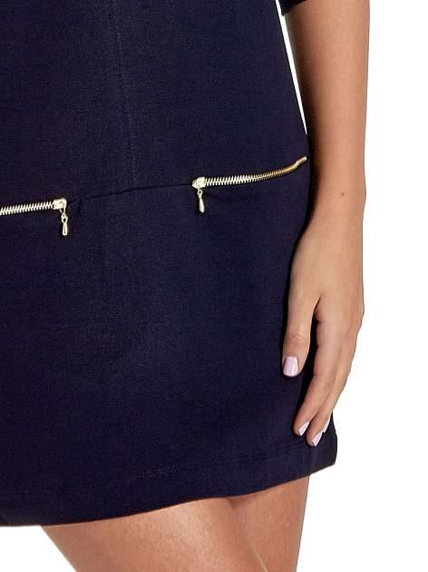 Granatowa sukienka ze złotymi suwakami                                  zdj.                                  5