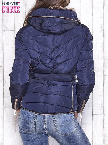 Granatowa zimowa kurtka z futrzanym kapturem i paskiem                                  zdj.                                  2