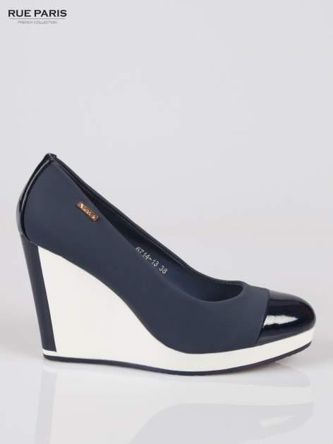 Granatowe buty damskie na kontrastowym koturnie                                  zdj.                                  1