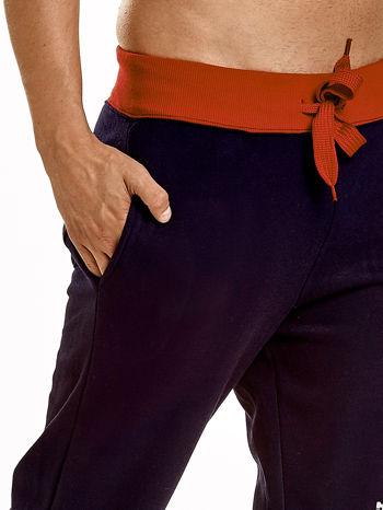 Granatowe dresowe spodnie męskie z napisem CALIFORNIA i naszywką                                  zdj.                                  5