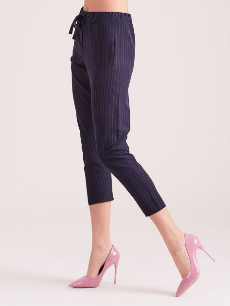 Granatowe eleganckie spodnie 7/8 w prążki                              zdj.                              3