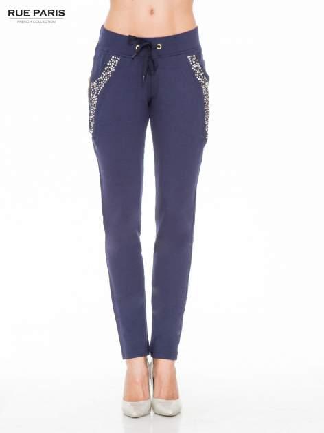 Granatowe eleganckie spodnie dresowe z dżetami                                  zdj.                                  1